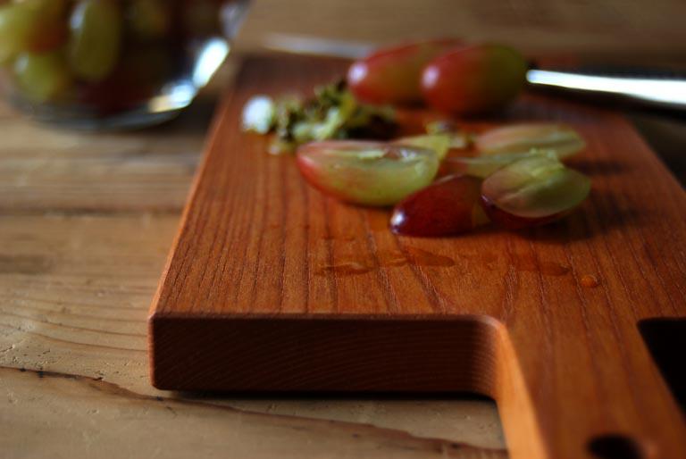 カッティングボードの上で葡萄をカット