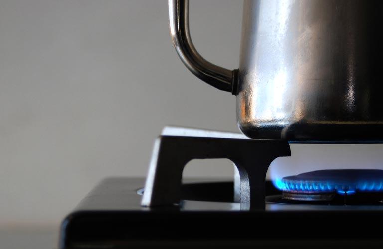 ドリップポットでお湯を沸かしている