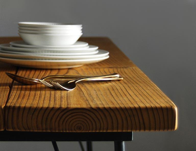 テーブルの上に食器