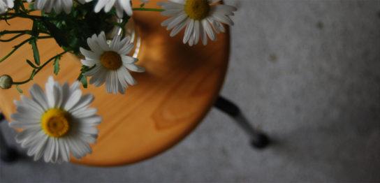 座面に花瓶を乗せたスツール