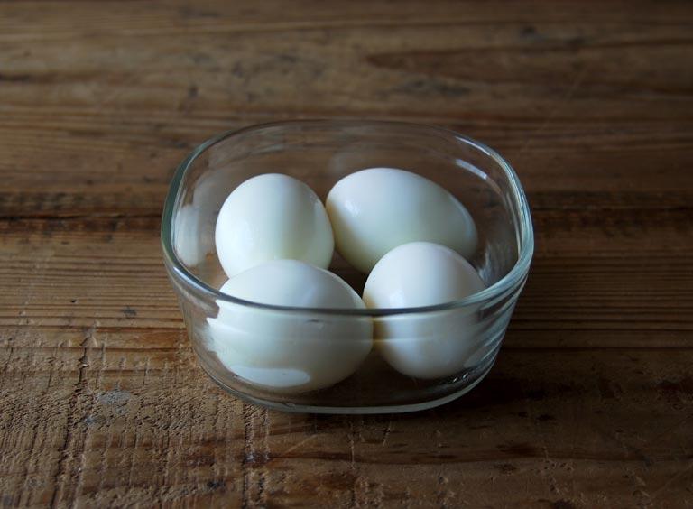 ガラス容器に入っている卵