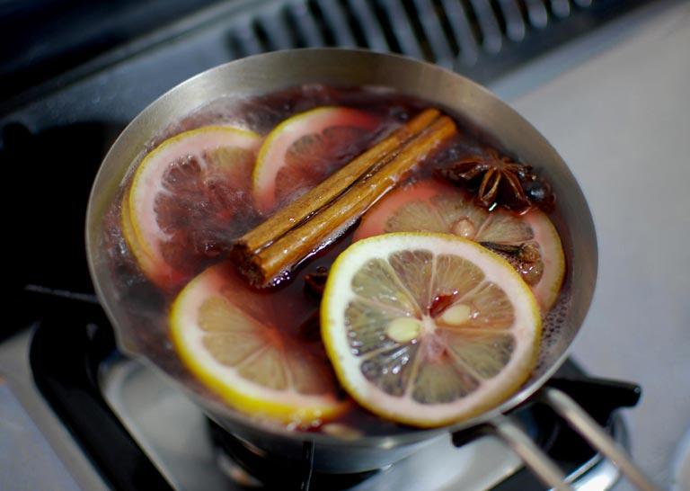 鍋の中でホットワインを煮込み中