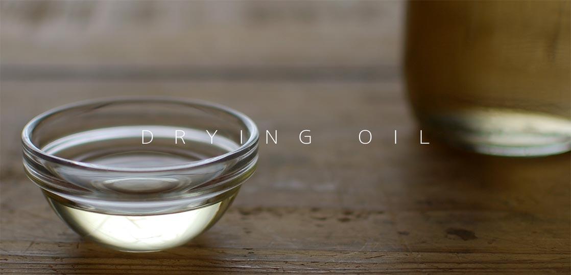 テーブルの上にある、ガラスボウルに入った乾性油