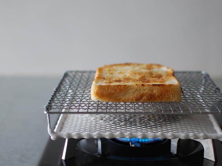 セラミック焼き網の上で焼いているトースト