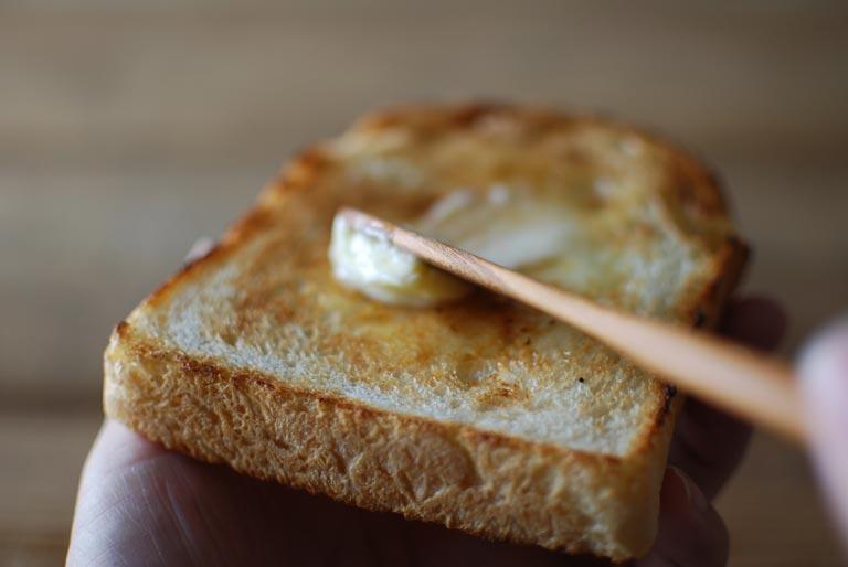 バターを塗っているトースト