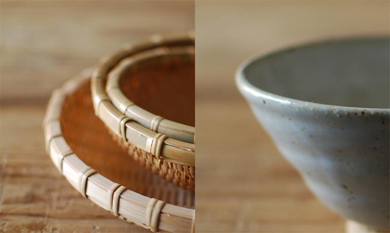 竹のザルと、陶器のカップ