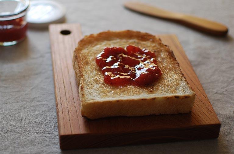 カッティングボードの上のジャムトースト