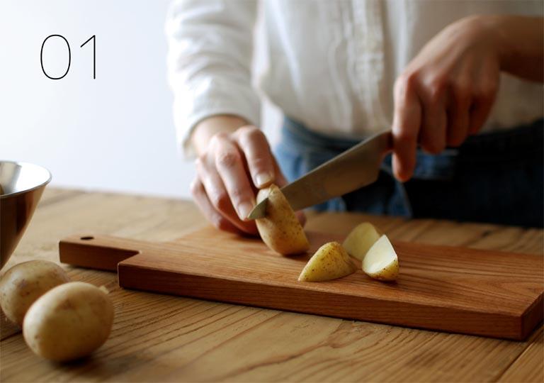 カッティングボードの上でジャガイモをカット