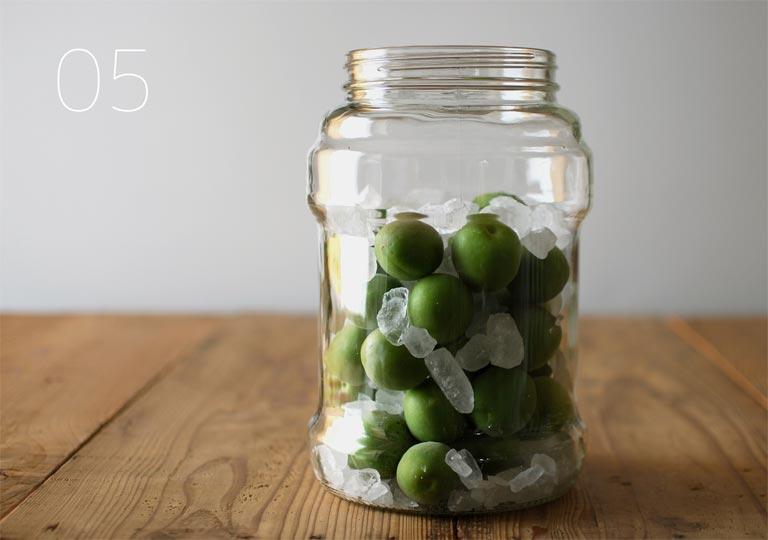 ガラス瓶に梅の実と氷砂糖を入れた状態
