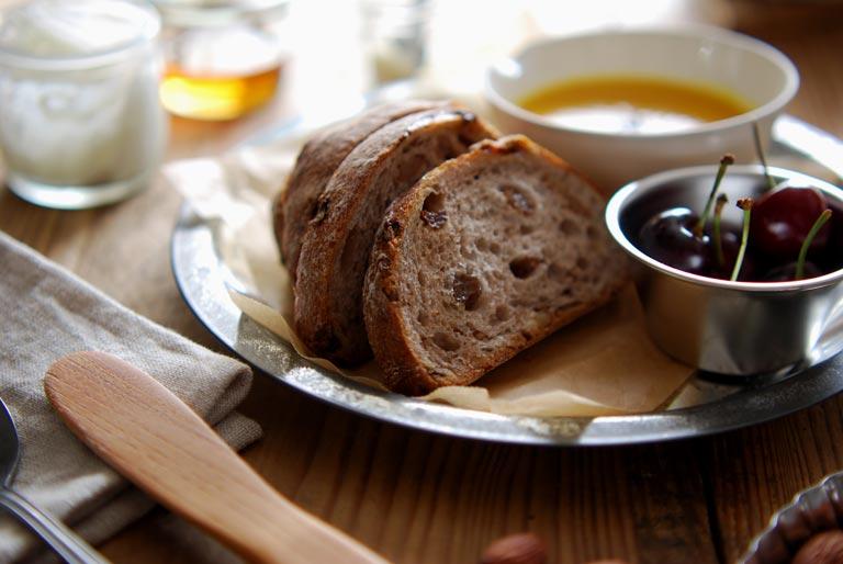 パイ皿の上にぶどうパン