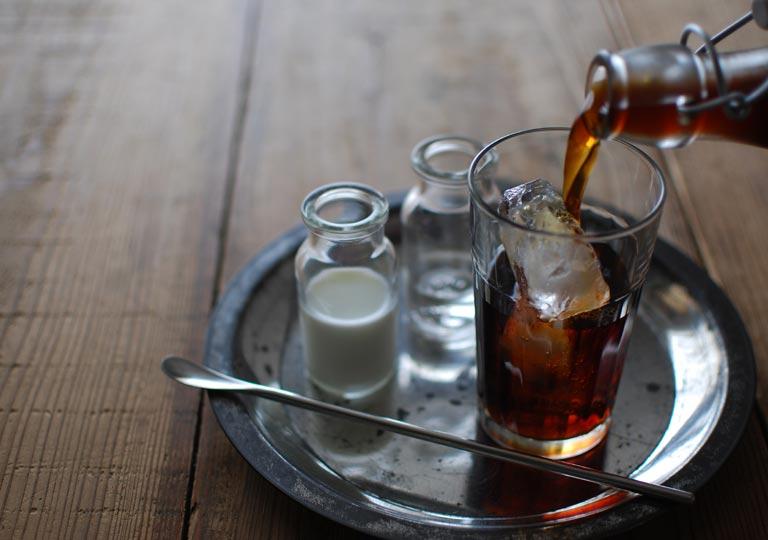 グラスに注ぐコーヒー