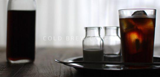 テーブルの上に置いてある水出しコーヒー