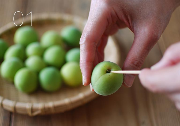 梅の実のへたを取る