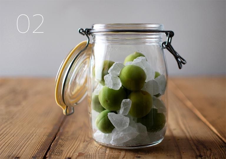 ガラス瓶に梅の実と氷砂糖を入れる