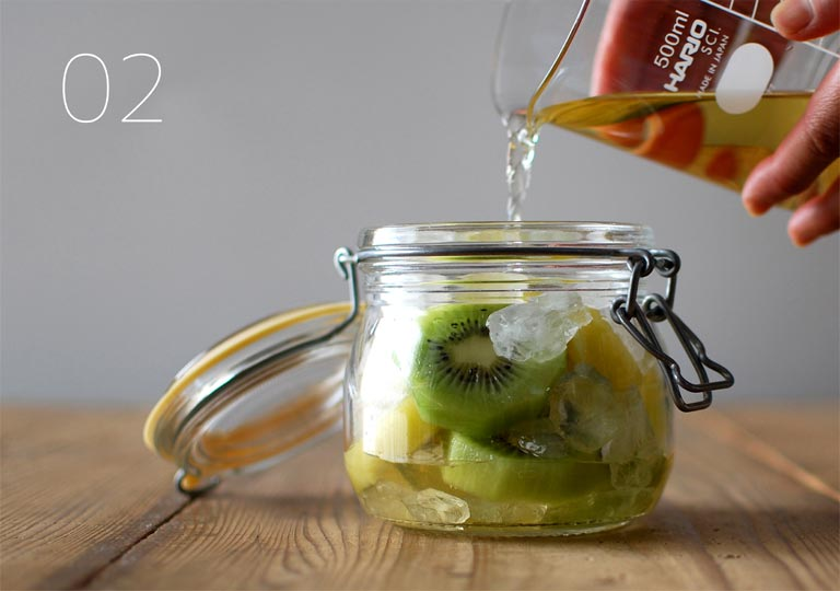 ガラス瓶に実と氷砂糖と酢を入れる