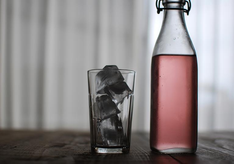 グラスに氷が入っている