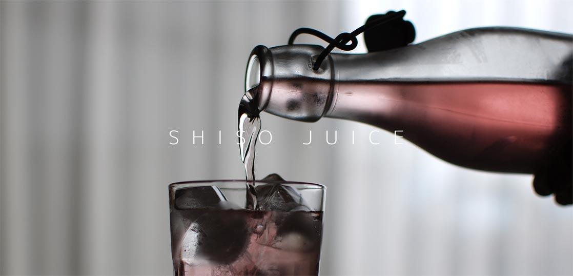 青紫蘇ジュースをグラスに注いでいる