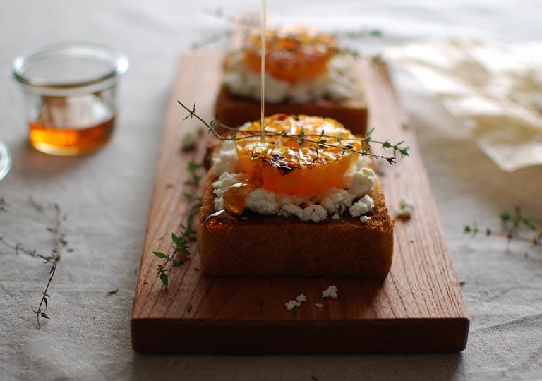 オレンジとフレッシュチーズをのせたパン