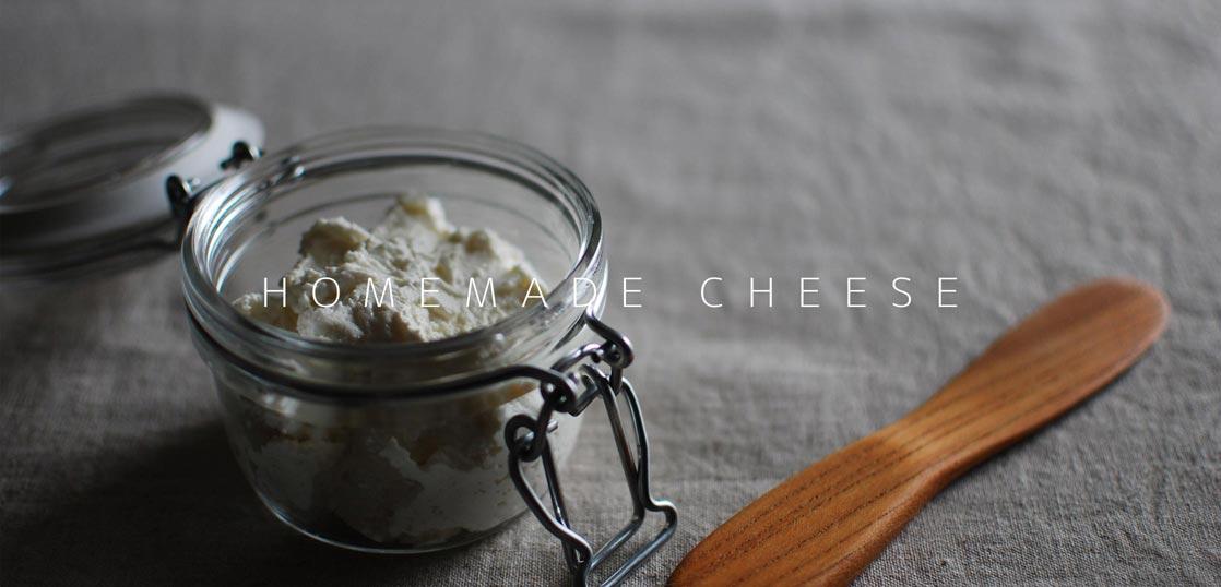 瓶に詰めたカッテージチーズ