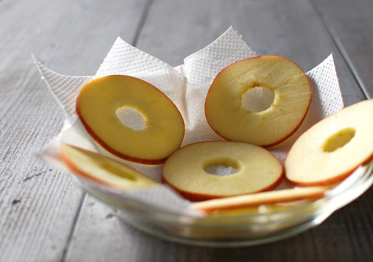 キッチンペーパーの上に生のリンゴをのせる