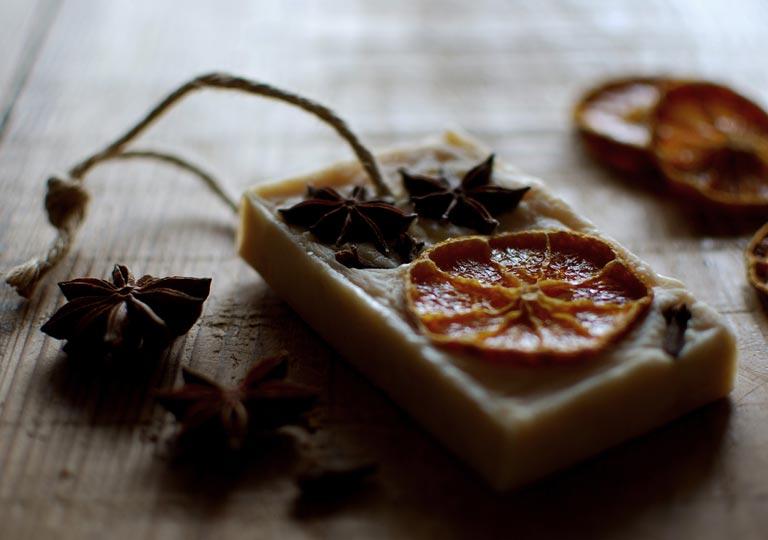 ドライオレンジを埋め込んだ石鹸