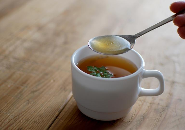 スプーンですくったスープ