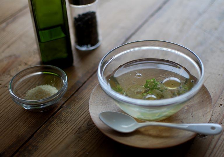 カップに注いだ冷製スープ