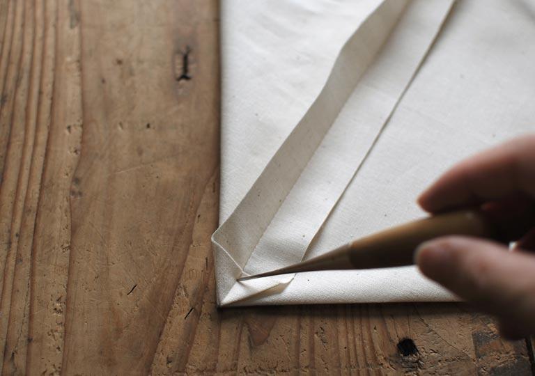 縫い代の下部を三角に折り曲げる