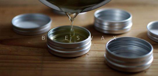 アルミ缶に、溶けたワックスを流し込む