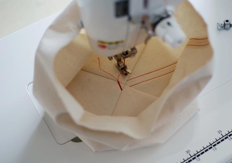 三角の部分を寝かせて縫う