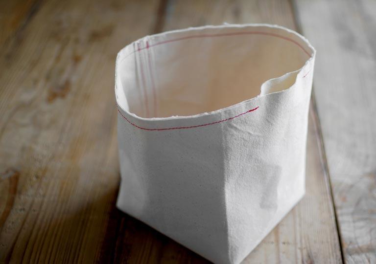 袋の上部分を縫い合わせる