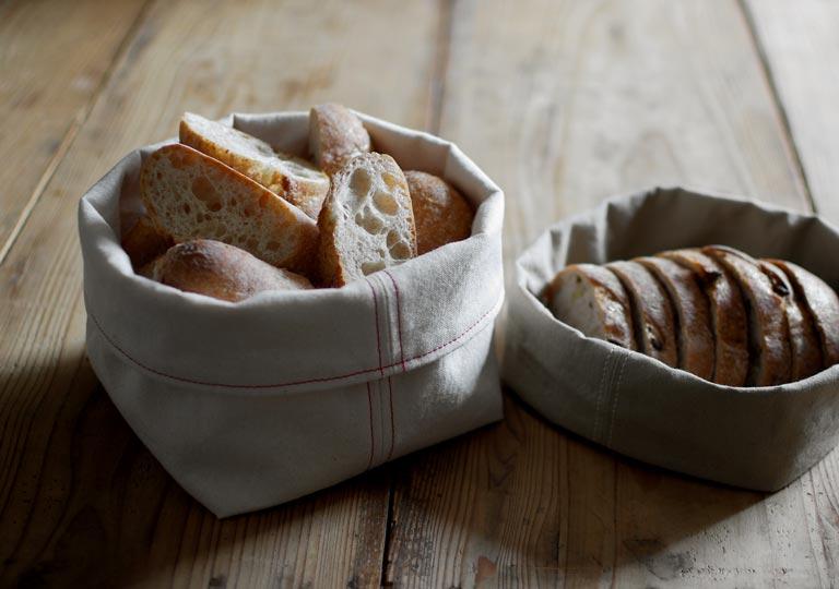 ブレッドバスケットにパンが入っている