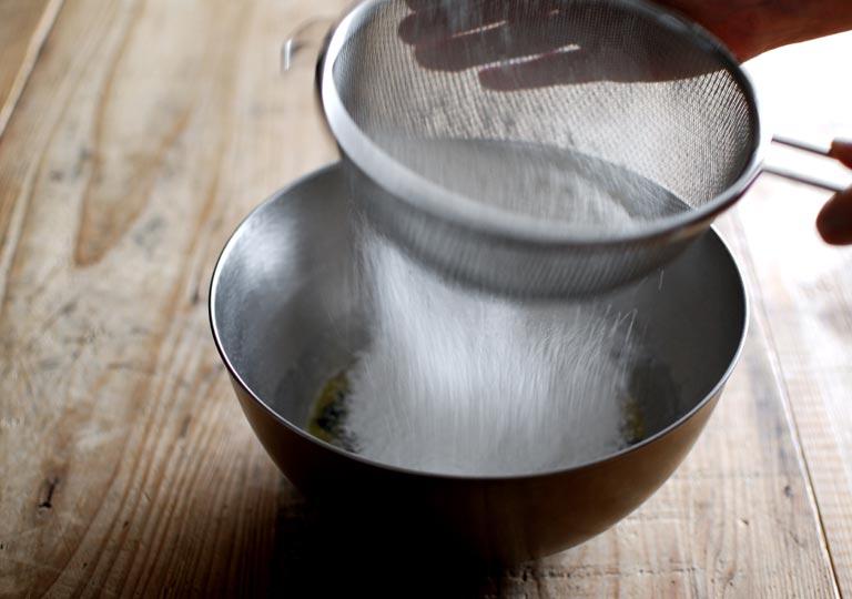小麦粉を網でふるう