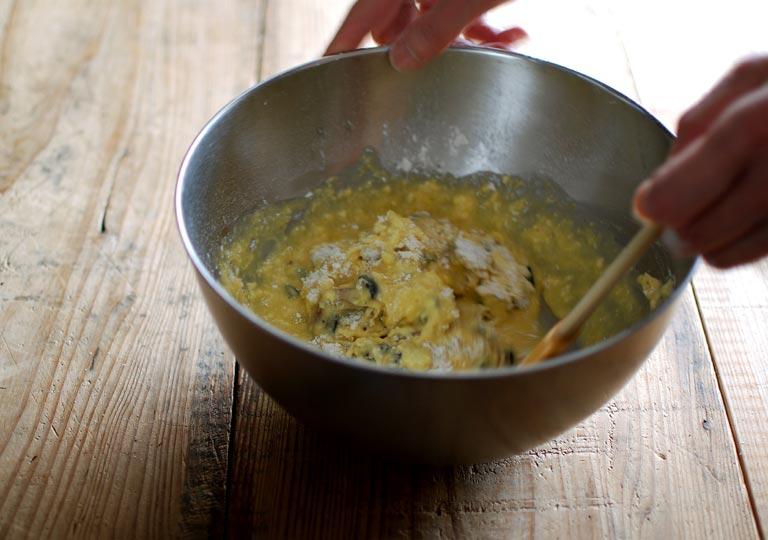 卵液と小麦粉を混ぜ合わせる