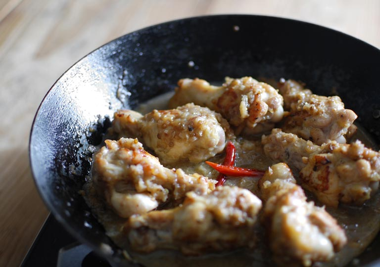フライパンの中のコリアンダー風味チキン