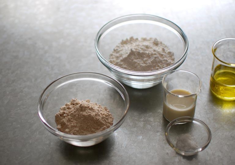 材料の小麦粉とオイルと豆乳と塩