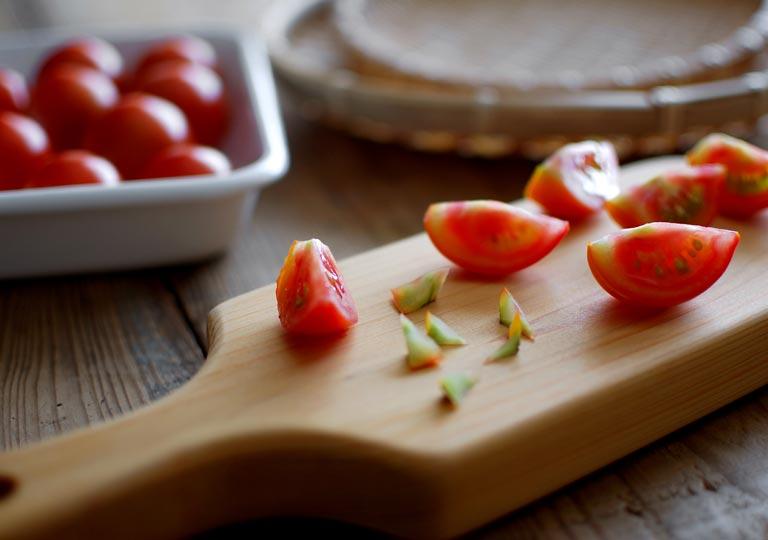 まな板の上にある6等分したトマト