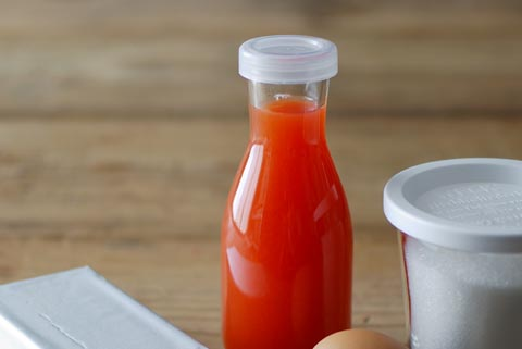ビンに入ったブラッドオレンジのジュース