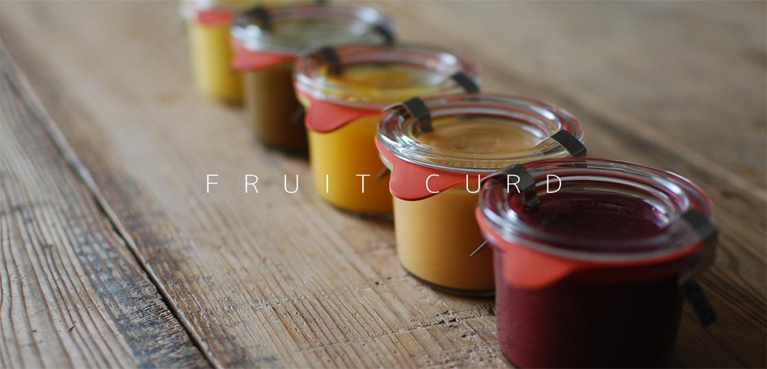 色々と並んだ、瓶詰めのフルーツカード