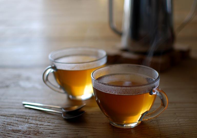 カップに入れた生姜湯