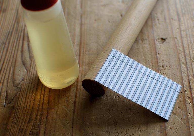 作図した紙と木の丸棒