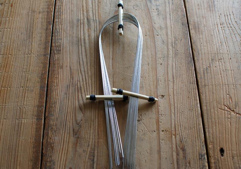 U字状に曲げた棒を重ねて固定する
