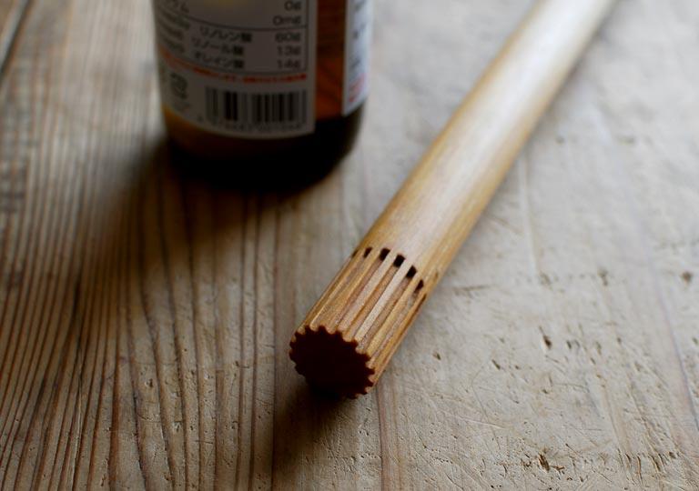 木の丸棒の先にオイルを塗る