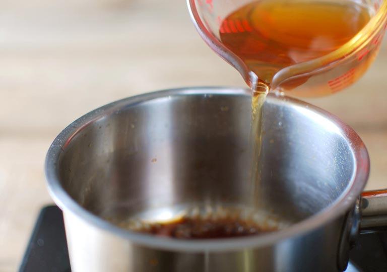 鍋に熱い紅茶を入れる