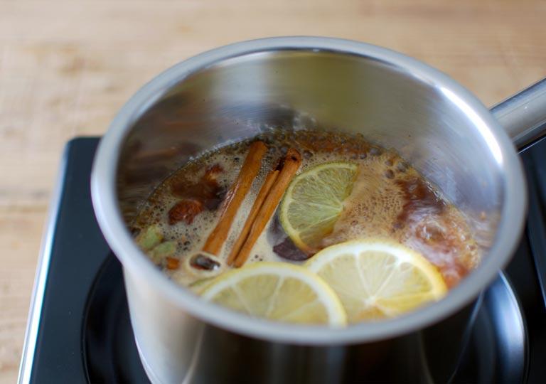 材料を鍋で煮込み中