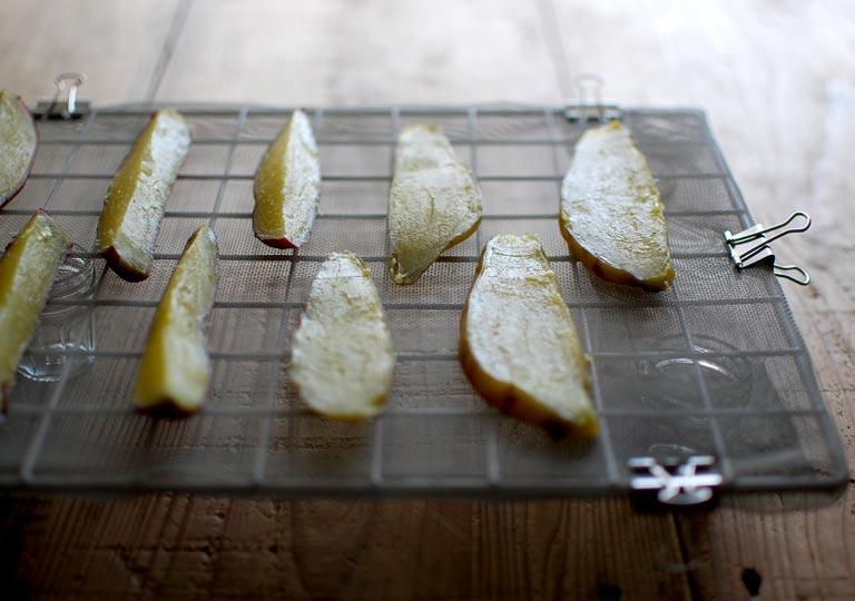 壁掛けネットの上に並べたサツマイモ