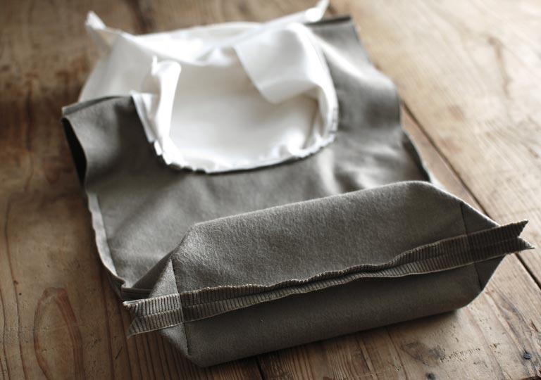 底部分の両側を縫ってマチを作る