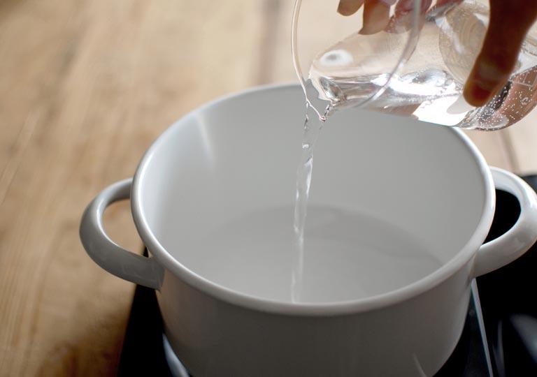 鍋に水を入れる様子