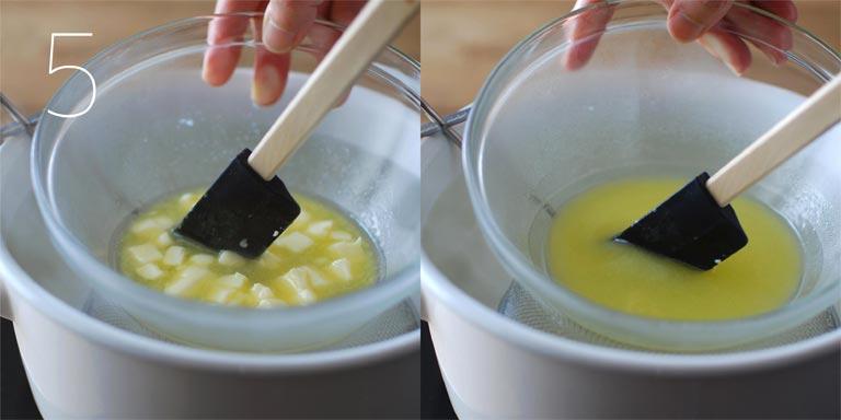 バターを湯煎で溶かす
