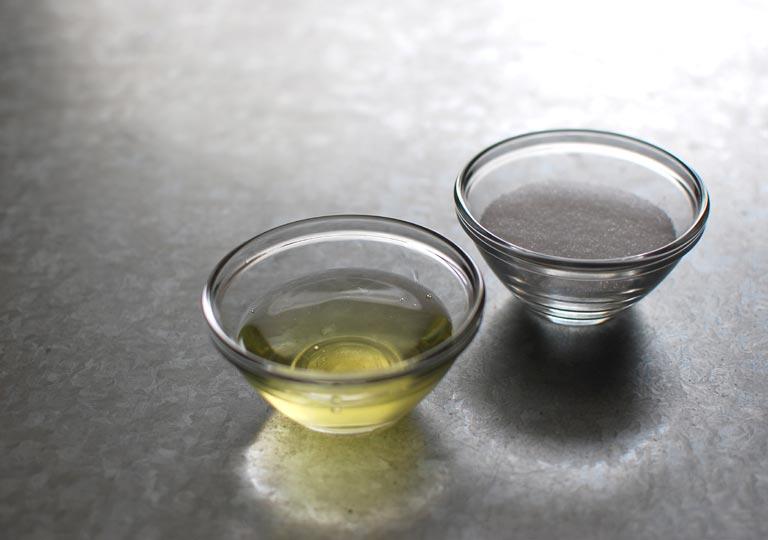 材料の卵白とグラニュー糖
